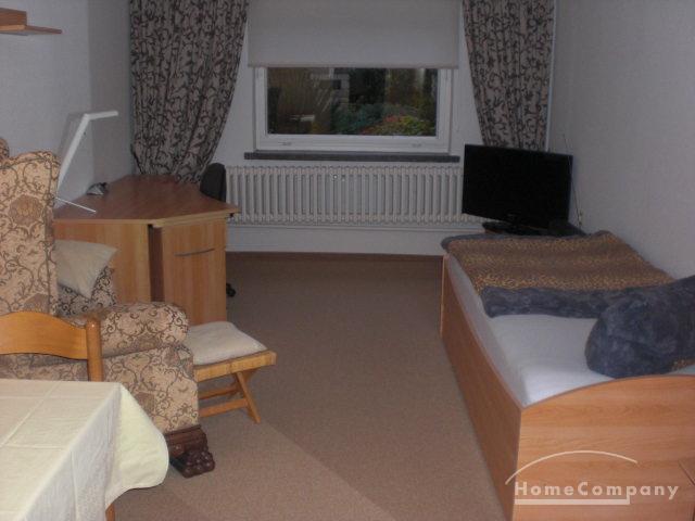 Zimmer im EG eines Einfamilienhauses mit sep. Eingang, Wohn-Schlaf